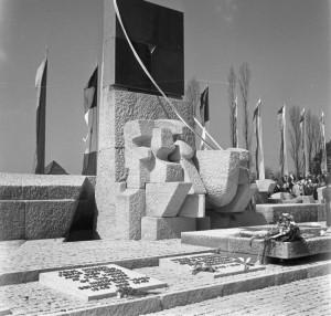 Odsłonięcie Międzynarodowego Pomnika Ofiar Obozu Auschwitz na terenie b. niemieckiego nazistowskiego obozu Auschwitz II-Birkenau. 16.04.1967. Fot. PAP/CAF/Z. Matuszewski.