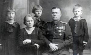 Sierżant Ferdynand Sekulski z rodziną (z lewej Irena Sekulska), Wołyń 1936 r.